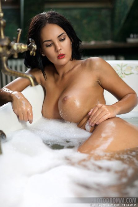 Busty topshot Kendra in the tub
