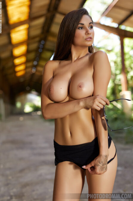 Premium erotic model Faith with excellent nipples