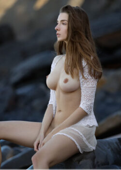 Dreamy nude model Mariposa enjoys the summer by the ocean